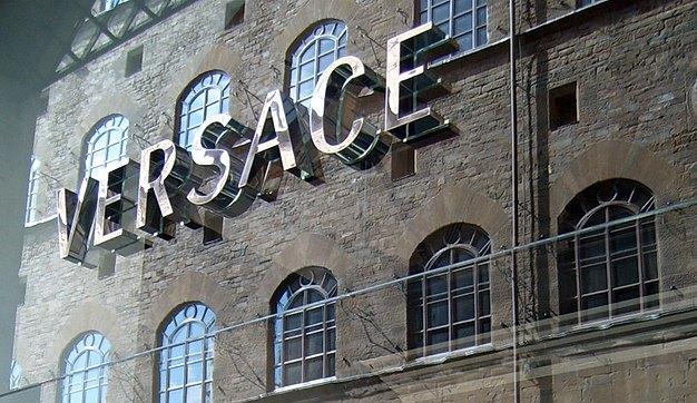 Versace se convierte propiedad de una compañía estadounidense