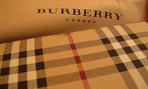 Burberry da un giro a su estrategia para acercarse al público